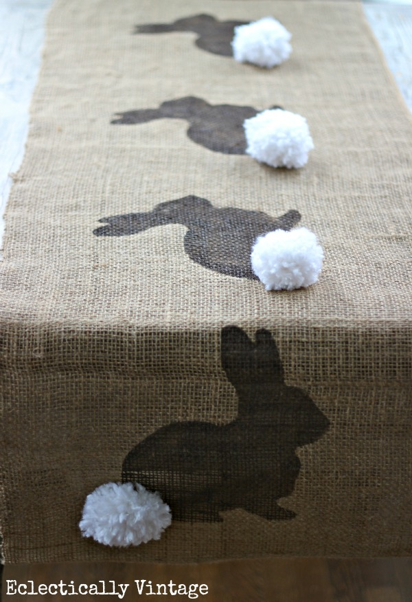 Chemin de table de lapin de toile de jute